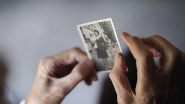 Une malade d'Alzheimer dans sa maison de retraite d'Angervilliers, le 18 mars 2011. Image d'illustration. (SEBASTIEN BOZON / AFP)