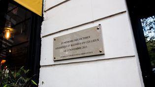 Plaque commémorative à l'extérieur du Bataclan,en hommage aux victimes du13 novembre 2015. (SADAK SOUICI / LE PICTORIUM / MAXPPP)