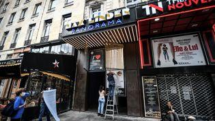 Changement d'affiche au cinéma indépendant parisien Max Linder le 18 juin 2020, en vue de la réouverture après le premier confinement dû à la pandémie de Covid-19. (STEPHANE DE SAKUTIN / AFP)