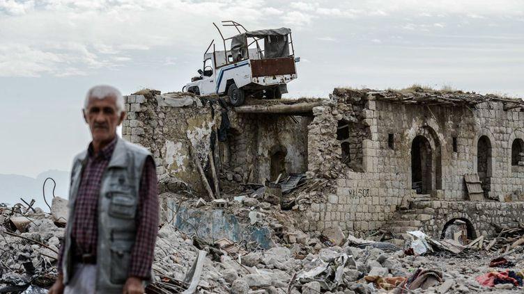 Il profite de la levée partielle du couvre-feu de 246 jours (8 mois). Cette ville de près de 300.000 habitants de l'est de la Turquie a été transformée en champ de ruines par les affrontements entre l'armée turque et les rebelles du PKK(Parti des Travailleurs du Kurdistan), organisation considérée comme «terroriste» par Ankara, Washington etBruxelles. Plusieurs écoles ont été détruites, l'eau et l'électricité sont toujours coupées. Des pelleteuses s'activent pour déblayer ce qui reste de la ville. (ILYAS AKENGIN / AFP - Novembre 2016)