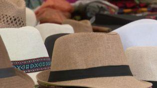 Le chapeau, simple protection contre le soleil ou accessoire de mode, il revient au goût du jour depuis quelques années. (FRANCE 2)