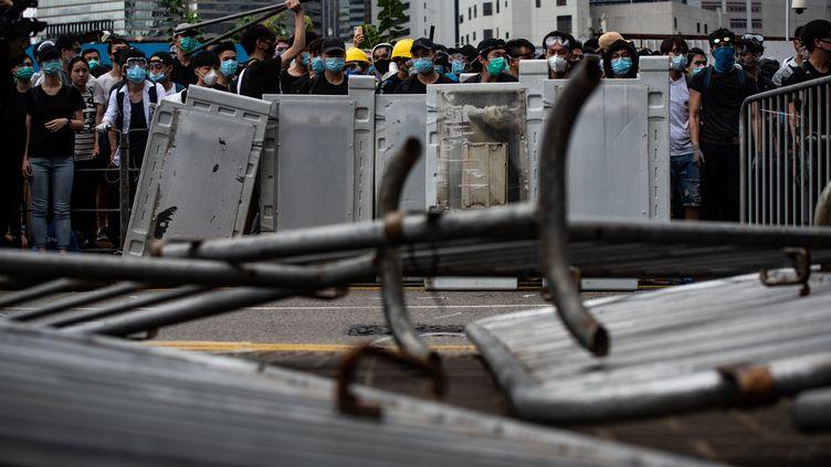 La circulation du centre-villea été bloquée à l'aide de barrières métalliques, retournées par les manifestants. (PHILIP FONG / AFP)