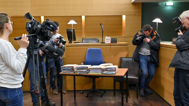 Des journalistes filment les dossiers d'un procès dans une salle d'audience (photo d'illustration). (ROLLAND QUADRINI / IP3 / MAXPPP)