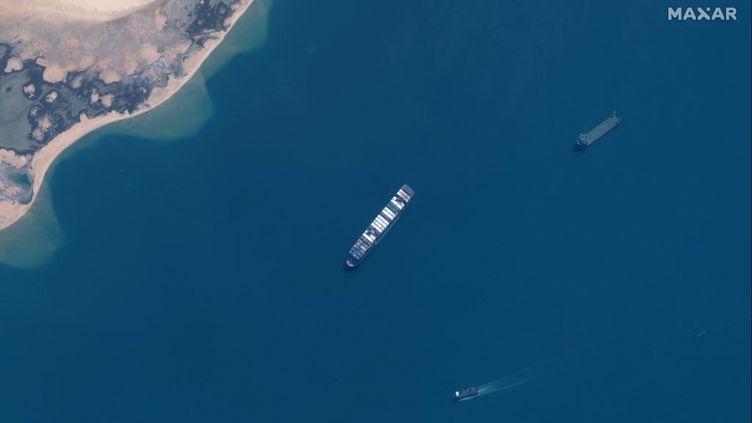 Le porte-conteneur Ever Given est retenu dans le lac Amer (Egypte), le 12 avril 2021. (SATELLITE IMAGE 2021 MAXAR TECH / AFP)
