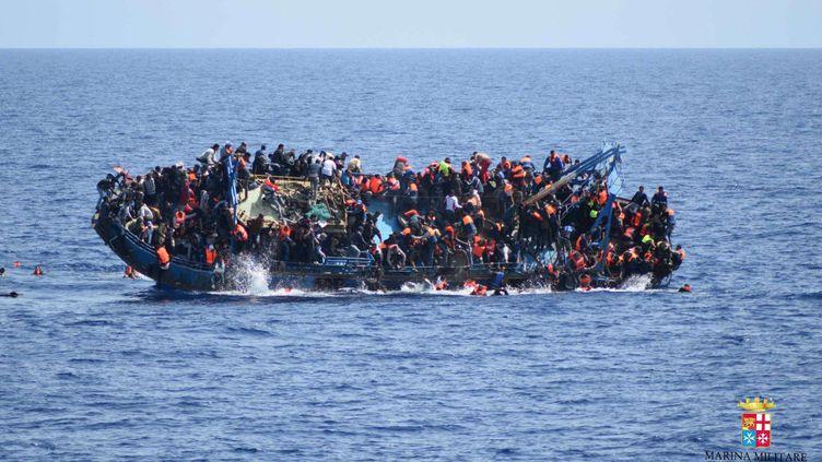 Un bateau de migrants chavire, le 25 mai 2016 en Méditerranée. (AP / SIPA)