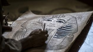 Dessin sur une feuille de papyrus. (KHALED DESOUKI / AFP)