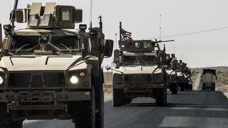 Des troupes américaines sur la route de Kobané à Ain Issa le 29 octobre 2017. (BULENT KILIC / AFP)