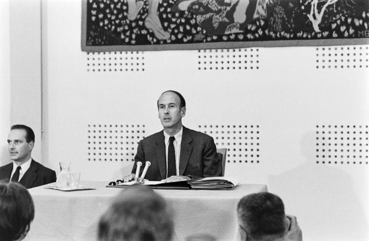 Valéry Giscard d'Estaing, ministre de l'Economie et des Finances, au côté de Jacques Chirac, secrétaire d'Etat, lors d'une conférence de presse, le 3 septembre 1969. (BERNARD ALLEMANE / INA / AFP)