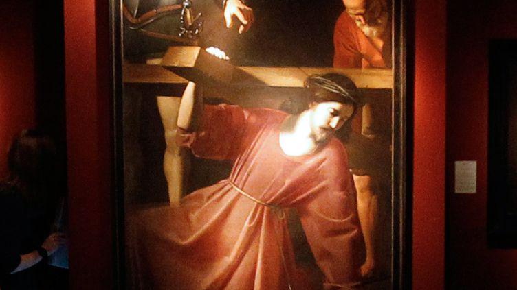 """""""Christ portant la croix"""" de Nicolas Tournier exposéau salon Paris Tableau au palais Brongniart à Paris, le 7 novembre 2011. (THOMAS SAMSON/AFP)"""