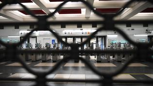 Une station de métro parisienne fermée, le 5 décembre 2019. (CHRISTOPHE ARCHAMBAULT / AFP)