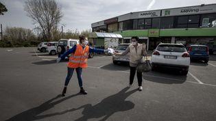 Des volontaires e la Croix-Rouge italienne distribue des masques gratuitement à Pise (Italie), le 28 mars 2020. (ENRICO MATTIA DEL PUNTA / NURPHOTO / AFP)