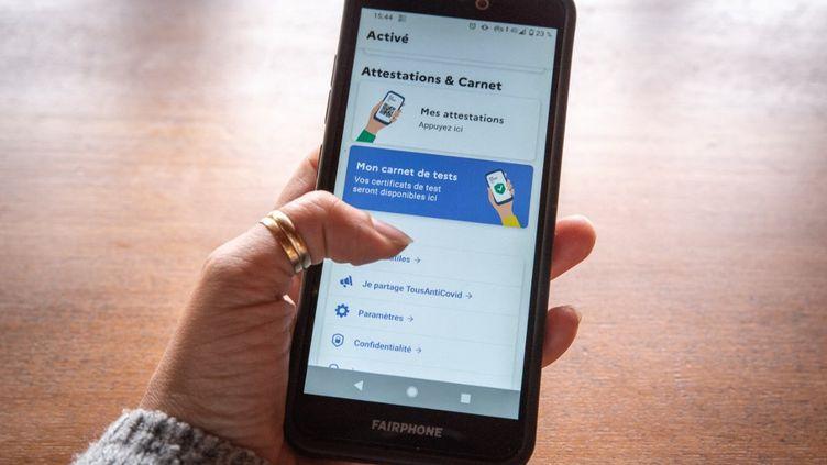 L'application TousAntiCovid, prise en photo le 1er mai 2021. (DANA TENTEA / AFP)