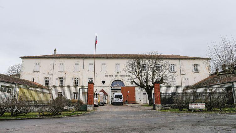 Devant le centre de détention d'Eysses (Lot-et-Garonne), le 2 mars 2017. (THIBAUD MORITZ / AFP)