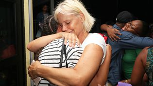 Des membres d'un groupe religieux s'enlacent lors de leurs retrouvailles après le passage de l'ouragan Dorian, aux Bahamas, le 4 septembre 2019. (REUTERS)