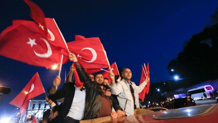 Des supporters du président turc Recep Erdogan défilent à Istanbul, le 16 avril 2017. (MURAD SEZER / REUTERS)