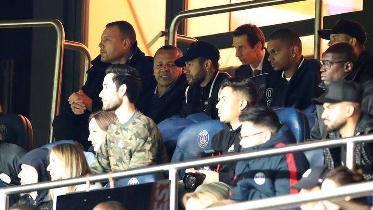 Le footballeur du PSG, Neymar, en tribune lors du match de Ligue des champions contre Manchester United, le 6 mars 2019, au Parc des Princes. (CHRISTIAN HARTMANN / REUTERS)
