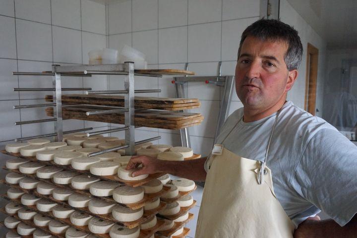 Yann montre les fromages au lait cru stockés au rez-de-chaussée de son chalet d'alpage, le 20 octobre 2015, au Grand-Bornand (Haute-Savoie). (JULIE RASPLUS / FRANCETV INFO)