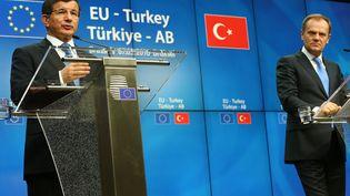 Le Premier minsitre turc, Ahmet Davutoglu, et le président du Conseil européen, Donald Tusk, le8 mars 2016 0 Bruxelles (Belgique). (MUSTAFA AKTAS / ANADOLU AGENCY / AFP)