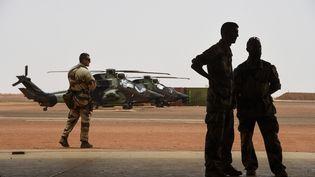 Des membres de la force Barkhane, engagés au Sahel, lors d'une visite du président français Emmanuel Macron au Mali, le 19 mai 2017. (CHRISTOPHE PETIT TESSON / POOL / REA)