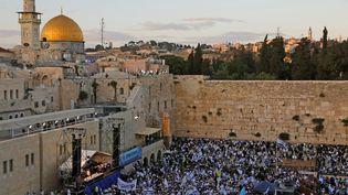 Le mur des Lamentations, au premier plan, et le dôme du Rocher, au fond à gauche, à Jérusalem, le 13 mai 2018. (MENAHEM KAHANA / AFP)