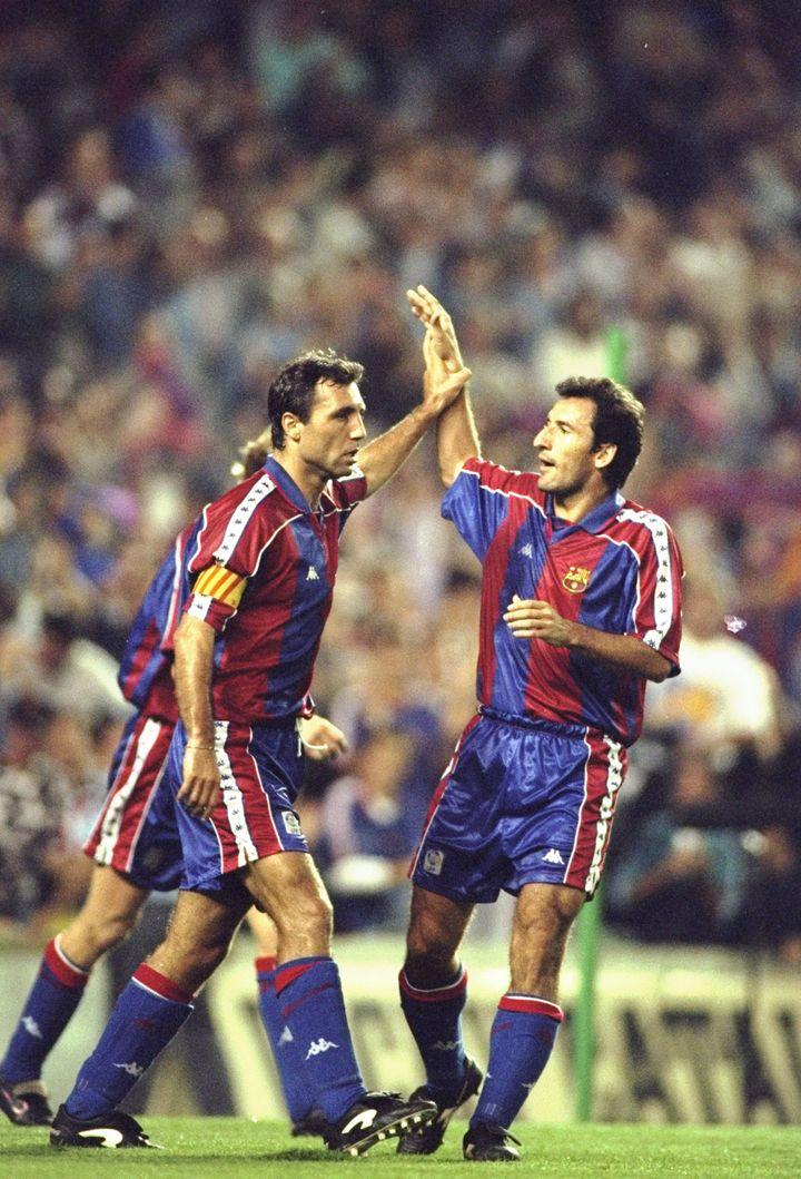 Hristo Stoïchkov (à g.) fête un triplé avec son équipier du Barça Txiki Begiristain, le 24 septembre 1994, à Barcelone. Ils sont tous deux vêtus du maillot à la bande blanche. (CLIVE BRUNSKILL / GETTY IMAGES EUROPE)