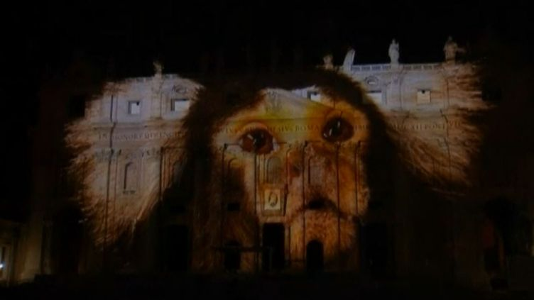 Capture d'écran du son et lumière projeté sur la basilique Saint-Pierre du Vatican, le 8 décembre 2015. (REUTERS)