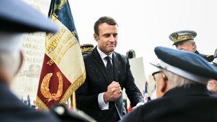 Au pied de l'Arc de Triomphe, le nouveau président salue des anciens combattants. (XAVIER POPY / REA)