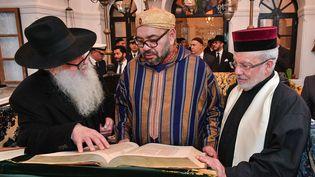 Le roi du Maroc Mohammed VI lors d'une visite au musée Bayt Dakira (Maison de la mémoire) dans la ville côtière d'Essaouira, le 15 janvier 2020. (AFP / photo fournie par le Palais Royal du Maroc)