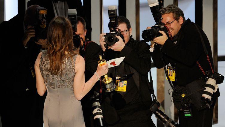 La réalisatriceKathryn Bigelow, ici de dos lors de la cérémonie des Oscars 2010, est la seule femme lauréate de l'Oscar du meilleur réalisateur.  (KEVIN WINTER / GETTY IMAGES NORTH AMERICA)
