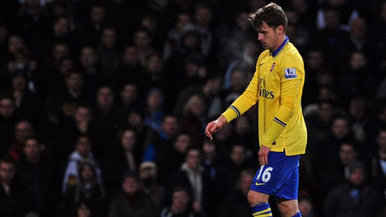 Aaron Ramsey, touché à la cuisse lors du match d'Arsenal face à West Ham (CARL COURT / AFP)