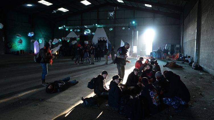 Des participants de la rave partyà Lieuron (Ille-et-Vilaine), le 1er janvier 2021. (JEAN-FRANCOIS MONIER / AFP)