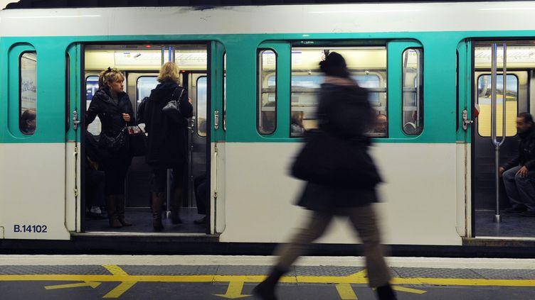 Une femme marche dans le métro, à Paris, le 28 octobre 2010. (MIGUEL MEDINA / AFP)