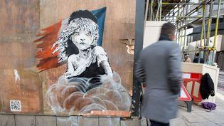 Le pochoir de Banksy près de l'ambassade de France à Londres le 25 janvier, avec le code QR en bas à gauche.  (Tom Nicholson/Shutterst/SIPA)