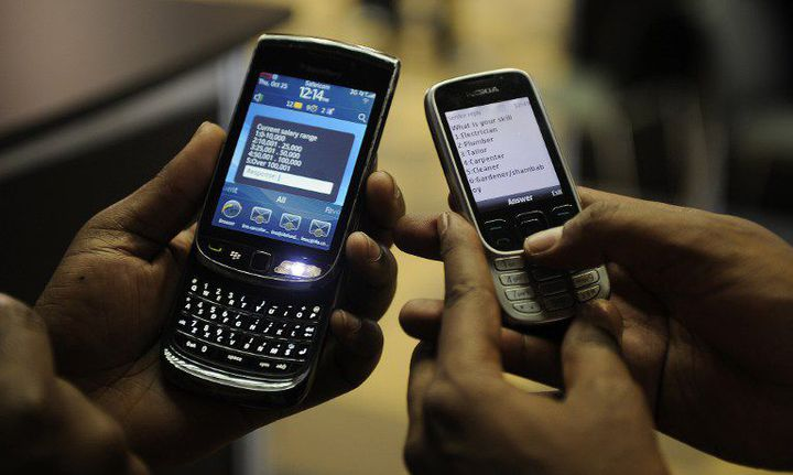 Le téléphone mobile est devenu un objet de la vie courante en Afrique. En 2017, le continent devrait compter 346 millions d'utilisateurs. (Photo AFP/Simon Maina)