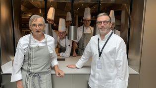 Michel et Sébastien Bras et leur équipe, dans leur nouveau restaurant La Halle aux Grains, à Paris. (LE CHEF / Francis Luzin)