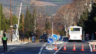 Les gendarmes procèdent à la reconstitution de lacollision entre un car scolaire et un TER à Millas, le 19 décembre 2017. (COR / AFP)