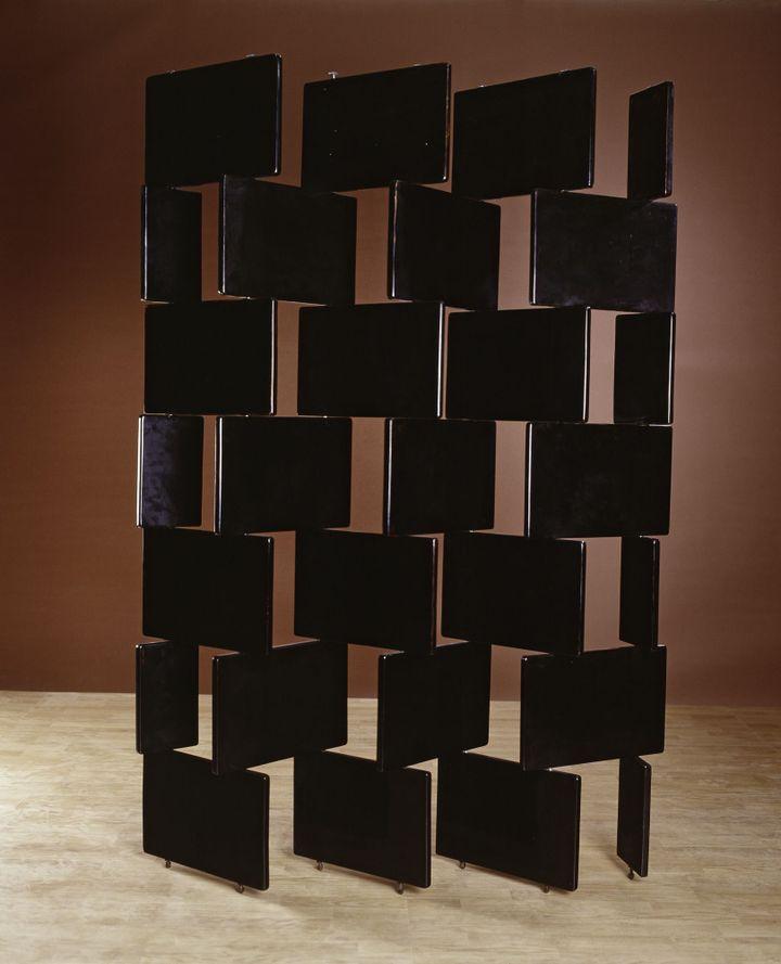 Eileen Gray, Paravent en briques, 1919-1922, bois laqué noir, Collection particulière, courtesy Galerie Vallois, Paris  (photo : Vallois-Paris-Arnaud Carpentier)