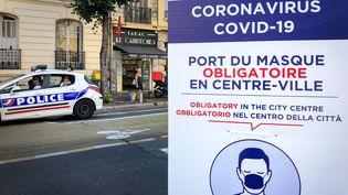 Un panneau rappelle l'obligation de porter le masque à Nice. (ARIE BOTBOL / HANS LUCAS)