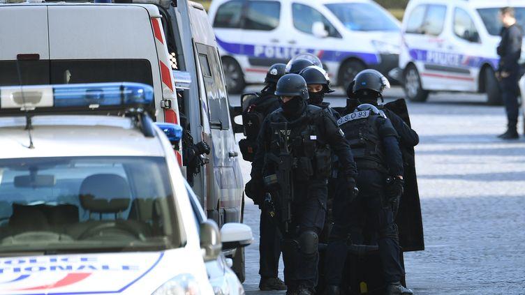 Des policiers à proximité du Louvre à Paris, le 3 février 2017. (ALAIN JOCARD / AFP)