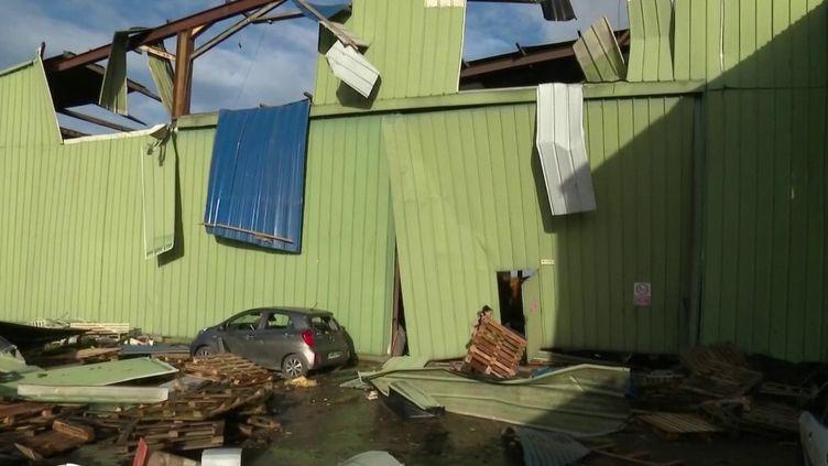 Dans la nuit du 10 au 11 février, avec de fortes rafales de vent, la tempête Ciara a fait de nouveaux dégâts en France notamment à Amiens (Somme). Une mini tornade a soufflé un bâtiment. (France 2)