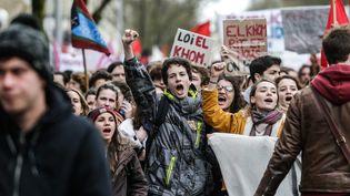 Des jeunes manifestent contre le projet de réforme du code du travail à Bordeaux, le 9 mars 2016. (MAXPPP)