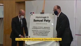 Un an jour pour jour après son assassinat, une plaque en hommage à Samuel Paty, a été inaugurée par Jean Castex et Jean-Michel Blanquer, le 16 octobre 2021, au ministère de l'Education nationale. (FRANCEINFO)
