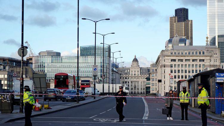 Des policiers britanniques s'affairent sur le London Bridge, à Londres, fermé à la circulation après l'attaque où ont trouvé la mort deux personnes vendredi 29 novembre. (NIKLAS HALLE'N / AFP)