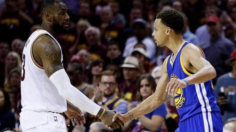LeBron James et Stephen Curry, les stars de Cleveland et de Golden State (EZRA SHAW / GETTY IMAGES NORTH AMERICA)