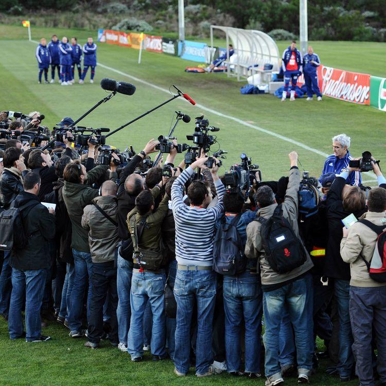 Le sélectionneur de l'équipe de France Raymond Domenechlit la lettre écrite par lesjoueurs pour justifier leur grève de l'entraînement durant la Coupe du monde en Afrique du Sud, à Knysna, le 20 juin 2010. (FRANCK FIFE / AFP)