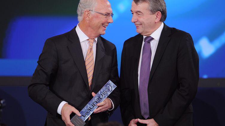 """Franz Beckenbauer (à gauche) et Wolfgang Niersbach le 11 novembre 2013 à Kitzbuehel (Autriche). Ils étaient au courant de l'existence d'une caisse noire servant à acheter le Mondial 2006 selon """"Der Spiegel"""" du 17 octobre 2015. (TOBIAS HASE / DPA / AFP)"""