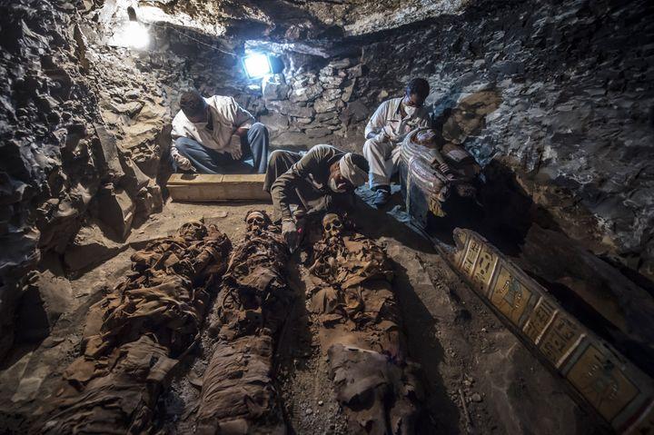 Des archéologues travaillent dans la tombe d'un orfèvre en Egypte, le 9 septembre 2017.  (Khaled Desouki / AFP)