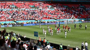 Les joueurs anglais célèbrent leur victoire contre la Croatie à Wembley (Londres) lors du match du groupe D à l'Euro, le 13 juin 2021. (CATHERINE IVILL / AFP)