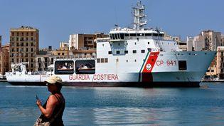 """Le bâteau des garde-côtes italiens, le """"Diciotti"""", est coincé dans le port deCatane(Italie) depuis lundi 20 août, avec 150 migrants à son bord. (ALESSANDRO FUCARINI / AFP)"""
