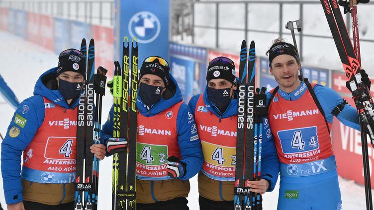 Le relais de l'équipe de France, Antonin Guigonnat, Quentin Fillon Maillet, Simon Desthieux et Emilien Jacquelin, victorieux du relais d'Antholz-Anterselva pour le compte de la Coupe du monde de biathlon, le 23 janvier 2021 (MARCO BERTORELLO / AFP)